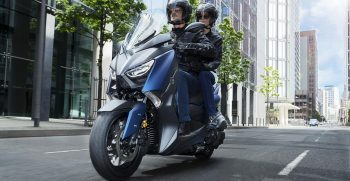 2018-Yamaha-X-MAX-400-EU-Phantom-Blue-Action-009